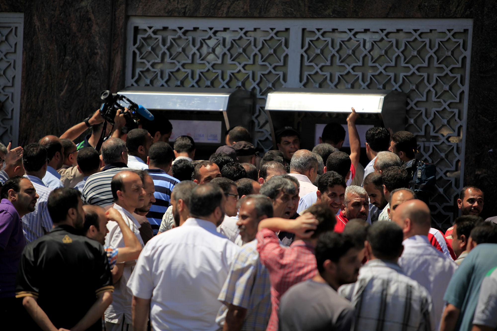 البنك الوطني يصرف سلفة لموظفي غزة