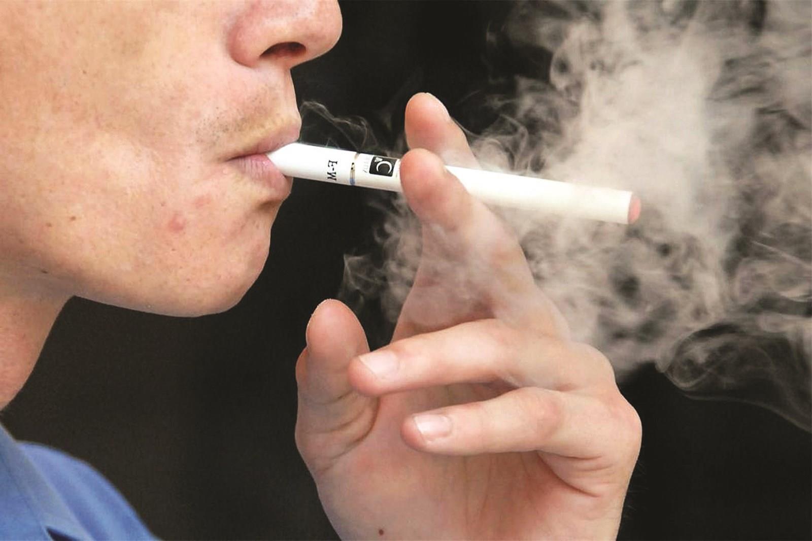 بالسجائر الإلكترونية يتم تسخين سائل يحتوي على النيكوتين الموجود داخلها ليتحول لبخار