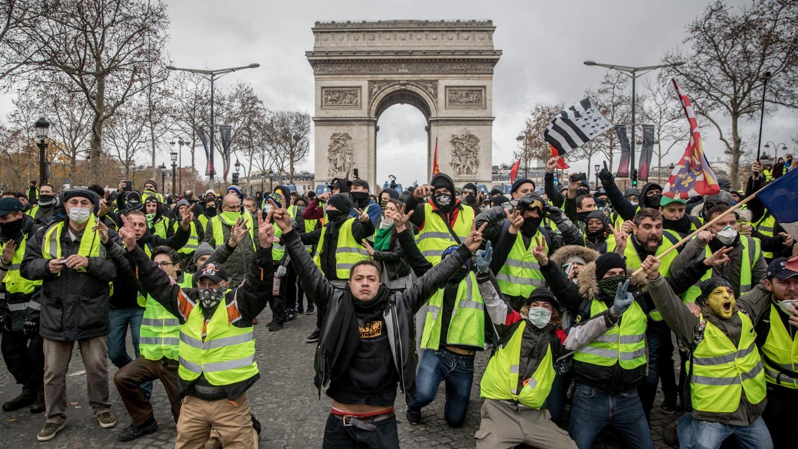 محتجو السترات الصفراء بفرنسا أرغموا الحكومة على التراجع عن فرض زيادة في الضرائب