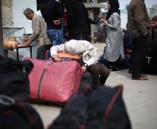 معاناة المواطنين على معبر رفح (تصوير/ عمر الإفرنجي)