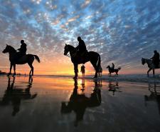 مصطافون يستمتعون بغروب الشمس على شاطئ بحر غزة