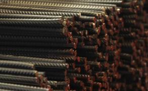 أزمات مصر ترفع أسعار الحديد 20%
