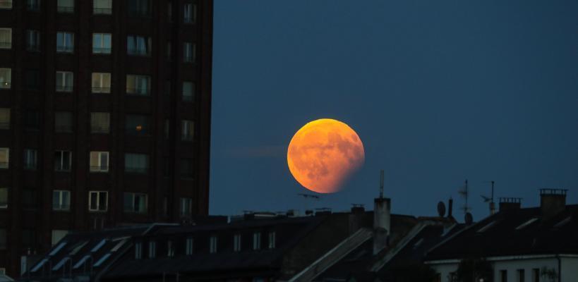 العالم يشهد الخسوف الجزئي للقمر