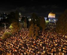 عشرات الآلاف يحيون ليلة القدر في المسجد الأقصى المبارك