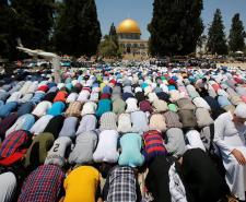 ربع مليون فلسطيني يؤدون الجمعة الثالثة في باحات الأقصى