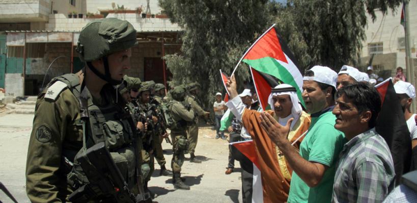 الاحتلال يقمع مسيرة سلمية بالخليل ضد إقامة برج عسكري على أراضي المواطنين