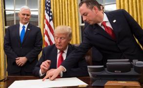 ترامب يتسلم الشيفرات النووية ويوقع 5 قرارات أخرى