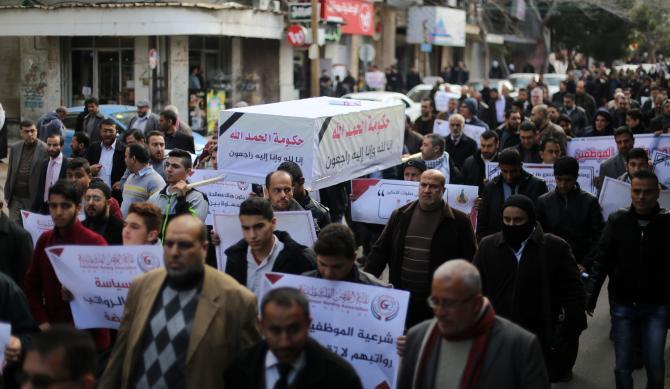 مسيرة لنقابة المواظفين رفضا لسياسة الحكومة والمطالبة بصرف رواتبهم (تصوير/ عمر الإفرنجي)