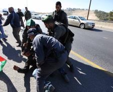 الاحتلال يُحاصر ويقمع ناشطي قرية