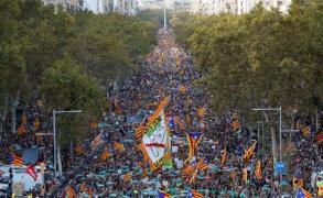 مدريد تدعو الكتالونيين لمقاطعة سلطات الإقليم
