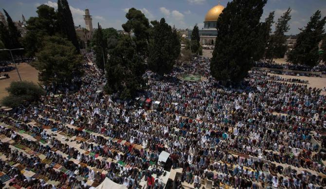 الآلاف يؤدون صلاة الجمعة الأخيرة من رمضان في الأقصى
