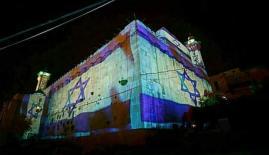 الاحتلال ينتهك قدسية الحرم الابراهيمي برفع أعلامه على جدرانه