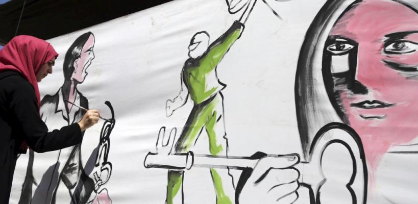 فنانو غزة يرسمون لوحة جدارية بخيمة التضامن مع الأسرى