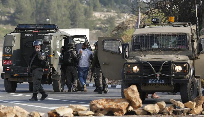 قوات الإحتلال تعتقل أحد المواطنين في الضفة