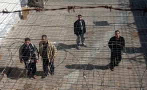 """الاحتلال ينكل بالأسرى ويرشهم بالماء البارد بقسمين في """"عوفر """""""
