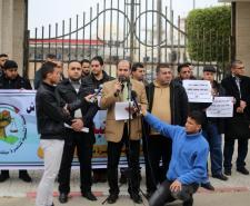 وقفة لموظغي غزة أمام المجلس التشريعي للمطالبة بتوحيد الرواتب ووقف خصومات البنوك (تصوير/ عمر الإفرنجي)