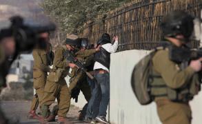 """""""الشاباك"""" يعتقل فلسطيني بزعم مساعدة منفذي العمليات"""