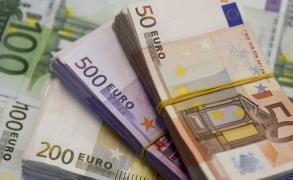 ضغوط سياسية تكبد اليورو خسائر حادة مقابل الدولار
