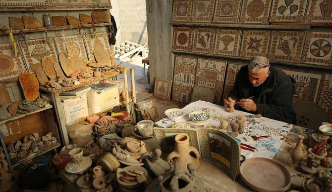 فنان يتقن تقليد وترميم الآثار في غزة