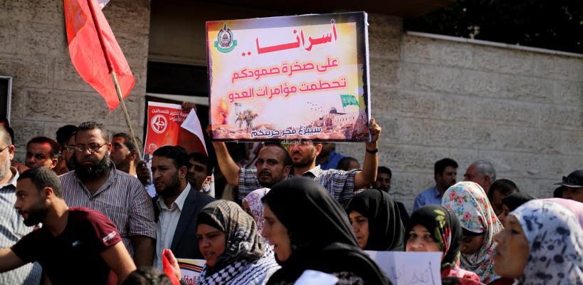 وقفة للمطالبة برفع الحصار، وتضامناً مع الأسرى أمام مقر الصليب الأحمر (تصوير/عمر الإفرنجي)