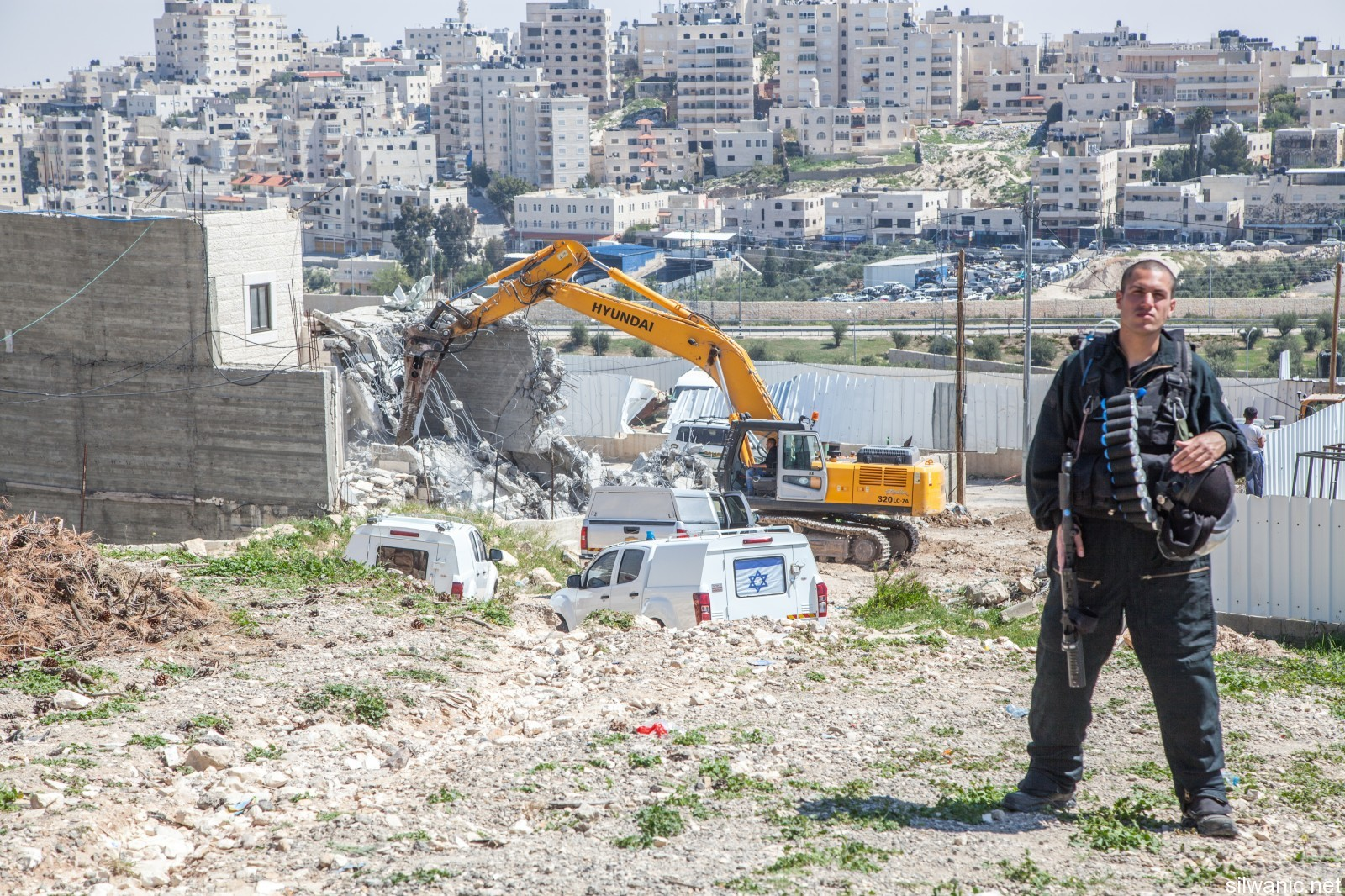 الاحتلال يخطر بهدم منشآت في سلواد بينها مدرسة