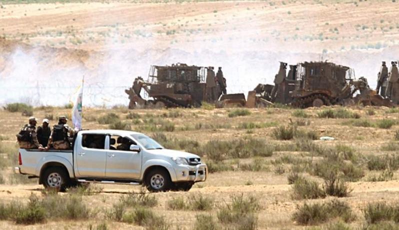 دورية لكتائب القسام على حدود غزة مقابلة لجرافات الاحتلال