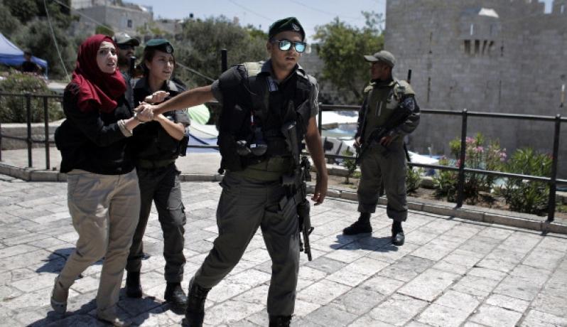 قوات الإحتلال تعتقل إمرأة فلسطينية (الأرشيف)