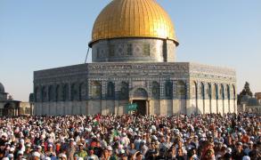 """آلاف المواطنين يؤدون الجمعة برحاب """"الأقصى"""""""