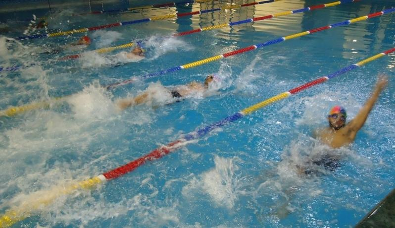 جانب من أحد سباق السباقات السباحة