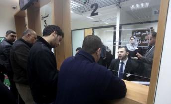 موظفي غزة يتقاضون سلفة (صورة من الارشيف)