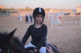 هلا البطراوي .. أصغر فارسة قفز حواجز في العالم