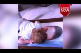 مؤثر : طفل يحتضن صورة والده الشهيد ويناديه بابا