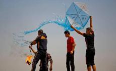 مجموعة شبان يطلقون طائرة حارقة شرق رفح