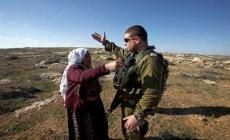 جندي اسرائيلي يستولي على أرض فلسطينية