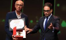 المخرج التونسي محمود بن محمود (يسار) يستلم جائزة التانيت الذهبي لمسابقة الأفلام الروائية الطويلة