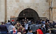 الصلاة في باب الرحمة بعد إغلاقه عام 2003