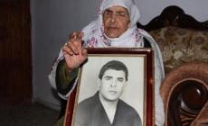 والدة الأسير فارس بارود تحمل صورته