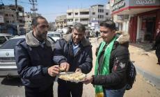 بالصور: غزيون يوزعون الحلوى ابتهاجا بعملية سلفيت