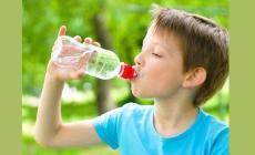 قلة شرب الماء مرتبط بالسمنة