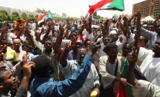 المحتجون يطالبون بالإسراع بنقل الحكم لسلطة مدنية (الأناضول)