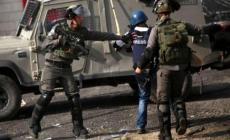 """""""مدى"""": الاعتداءات تتصاعد لإسكات الصحافة بفلسطين"""