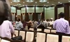معركة بالكراسي في اجتماع القوى السياسية بالمجلس العسكري السوداني