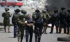 الاحتلال يصيب مواطنا ويعتقل 12 ومستوطنون يقتحمون الأقصى