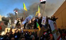 محتجون عراقيون أمام السفارة الأميركية في بغداد، اليوم (أ.ب.)