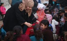 توزيع ملابس شتوية على أطفال مواصي خان يونس
