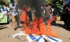 متظاهرون سودانيون يحرقون علم إسرائيل رفضا للتطبيع