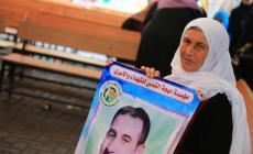 والدة الأسير البرعي تحمل صورته خلال الاعتصام أمام مقر الصليب الأحمر بغزة