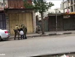 شاهد :  اجهزة السلطة تمر دون اكتراث لحظة اعتقال الاحتلال لشبان في الخليل