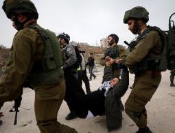 الاحتلال يعتقل 12 مواطناً بحملة مداهمات واسعة بالضفة والقدس