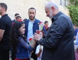 صورة لرئيس المكتب السياسي  لحركة حماس اسماعيل هنية أثناء زيارات عائلات بمدينة دير البلح